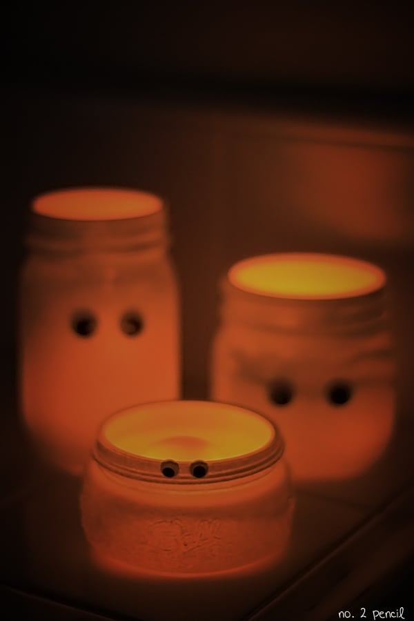 Mason Jar Ghosts - an easy Halloween craft!