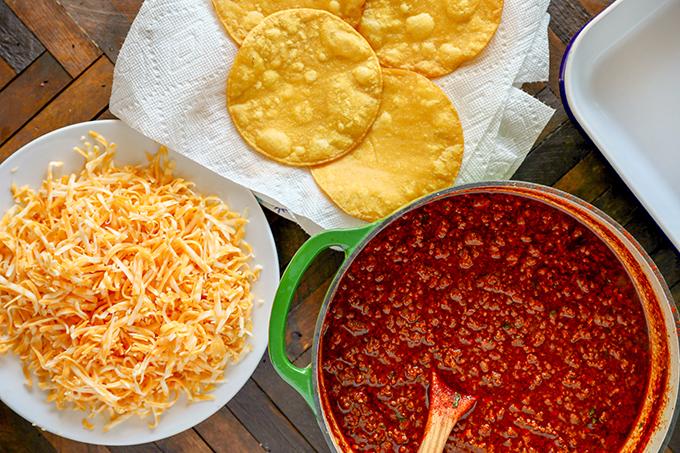 Diese Rindfleisch-Enchiladas sind so lecker und einfach, dass Sie nie wieder auf Enchiladasauce in Dosen zurückgreifen werden.  Maistortillas gefüllt mit aromatischem Rinderhackfleisch, Schmelzkäse und einer hausgemachten roten Enchiladasauce.